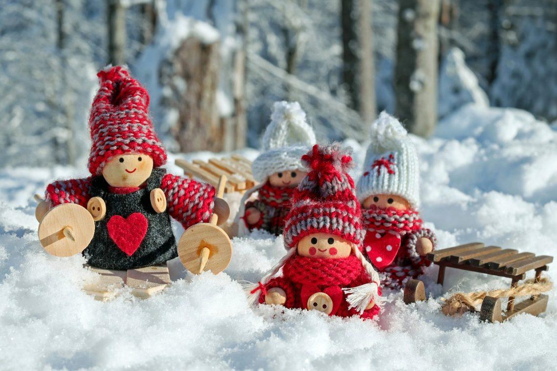 bamboline e slitta sulla neve