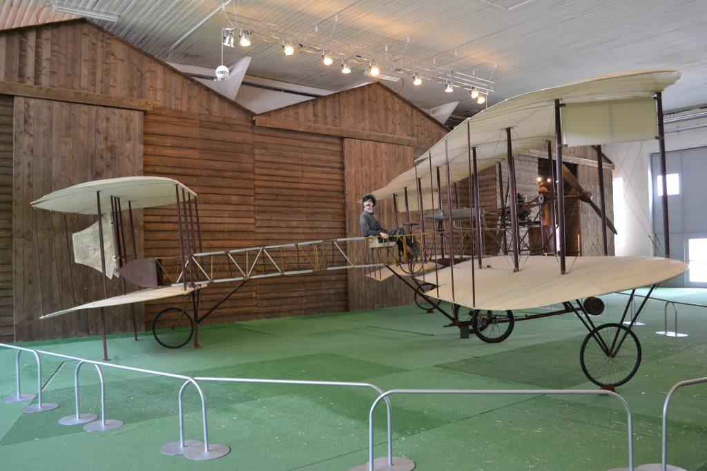 un vecchissimo aereo con pedali