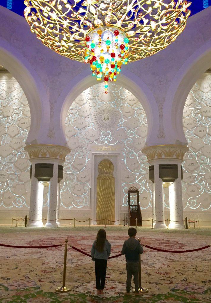 abu dhabi con bambini in moschea