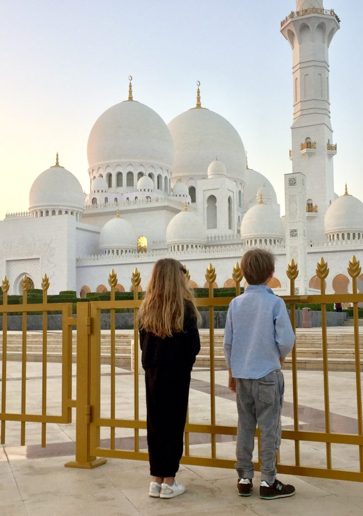 abu dhabi con bambini fuori dalla moschea bianca