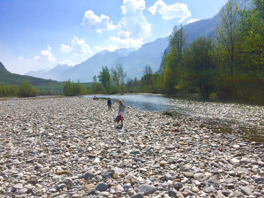 passenggiando lungo il fiume, val di Blenio
