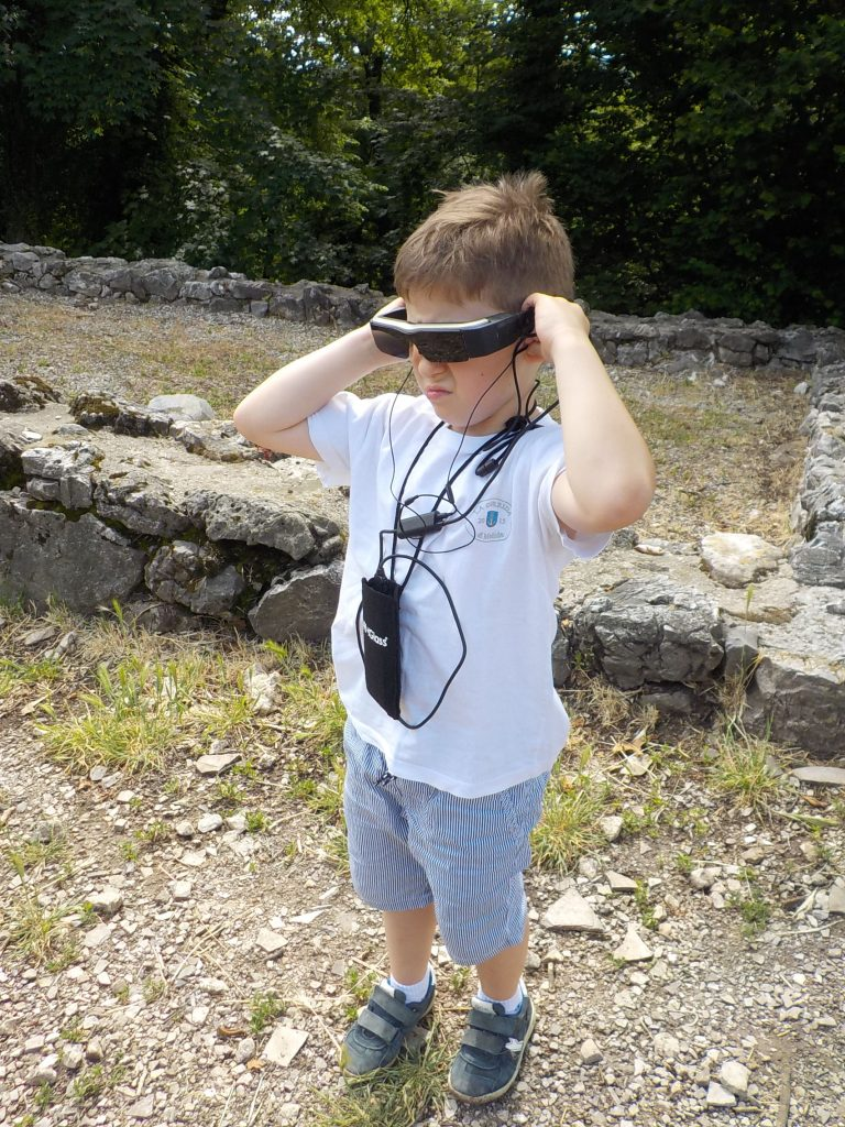 parco archeologico di Tremona villaggio medievale, bambino con occhiali 3D