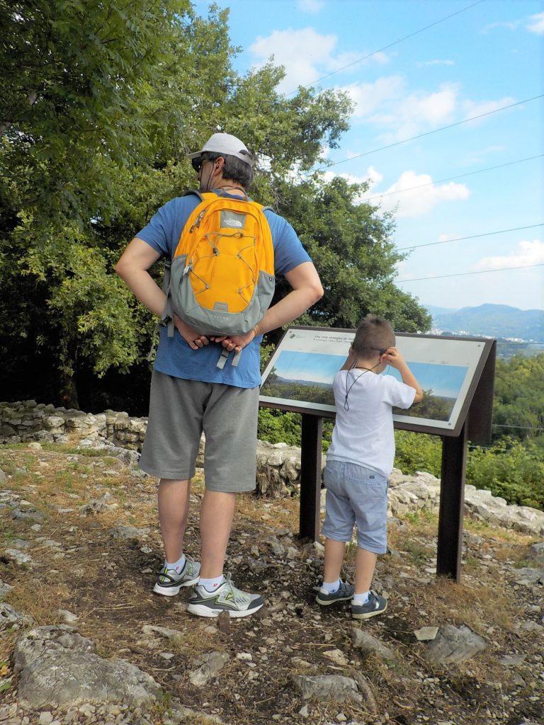 parco archeologico di Tremona villaggio medievale, bambino con papà