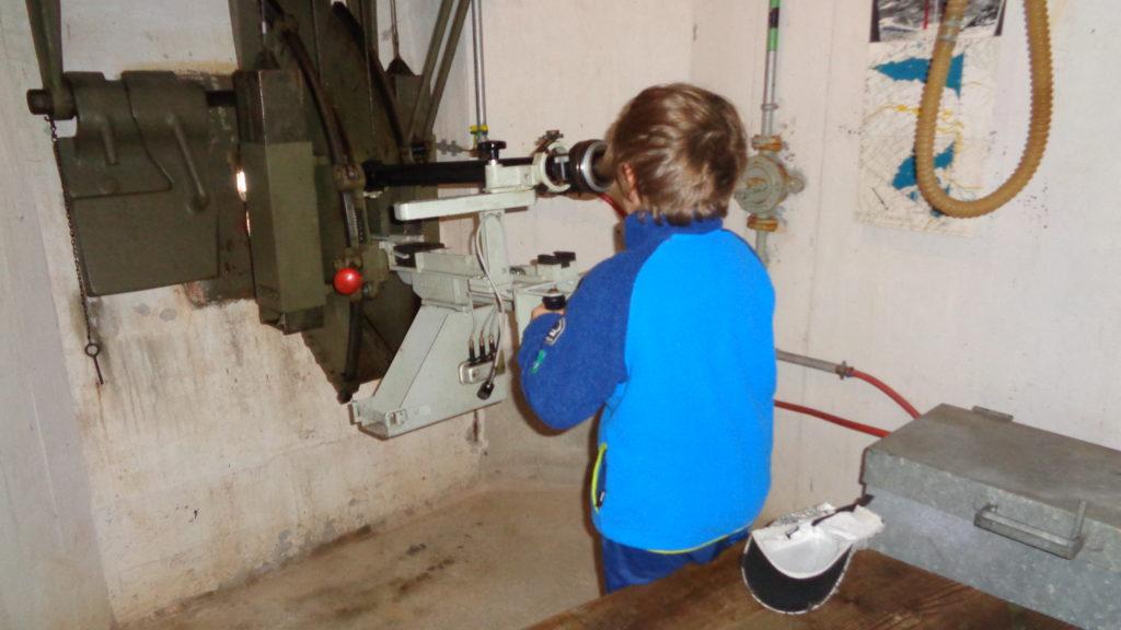 sala delle mitragliatrici san gottardo con bambini