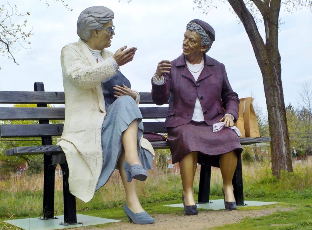 parco grounds for sculpture hamilton new jersey donne sulla panchina. john seward johnson