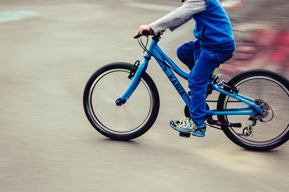 bambino in mountain bike