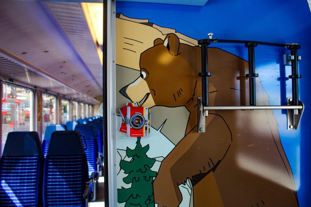 all'interno del treno degli orsi