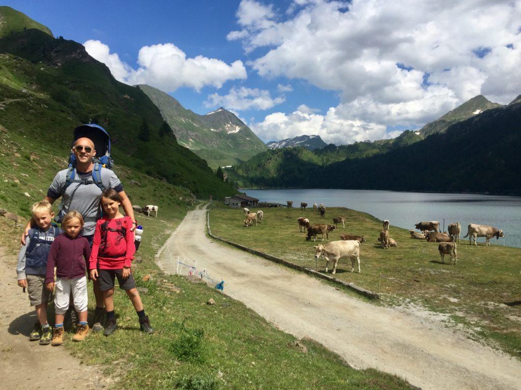 ritom con bambini e mucche