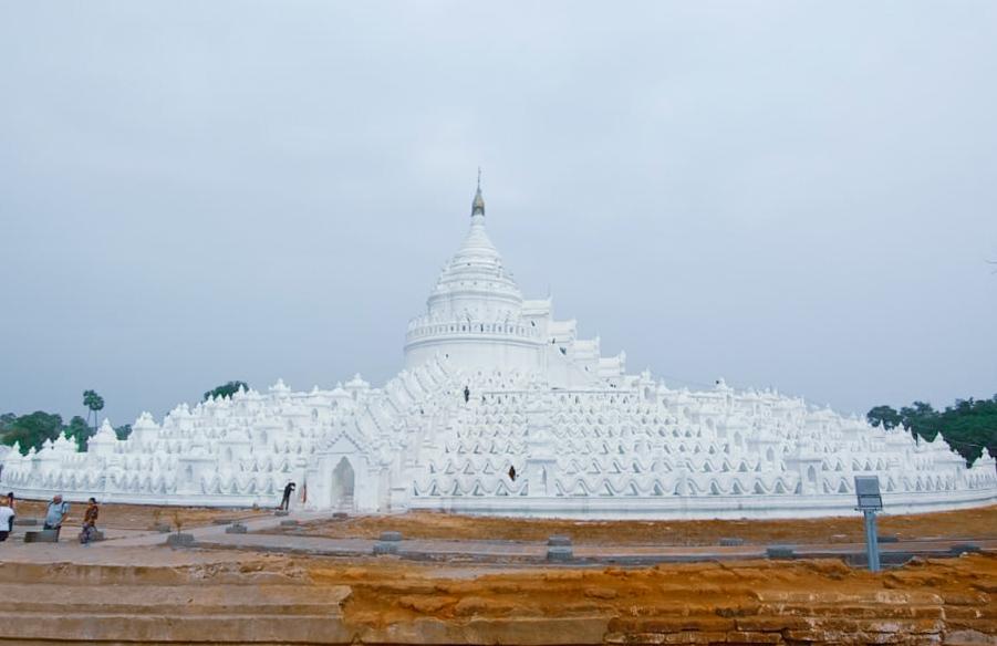 La bianca pagoda Myatheindan