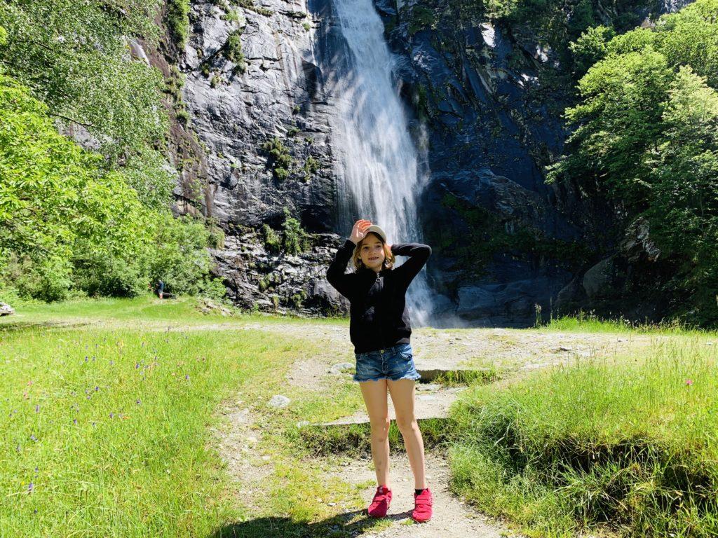 bambini alla cascata grande di bignasco