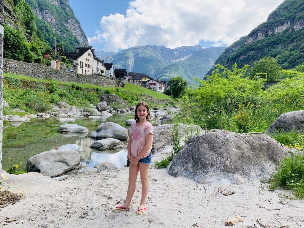 bambini al fiume in valle maggia