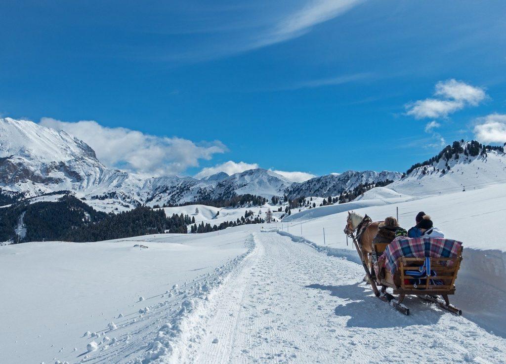 carrozza sulla neve in inverno, con cavalli