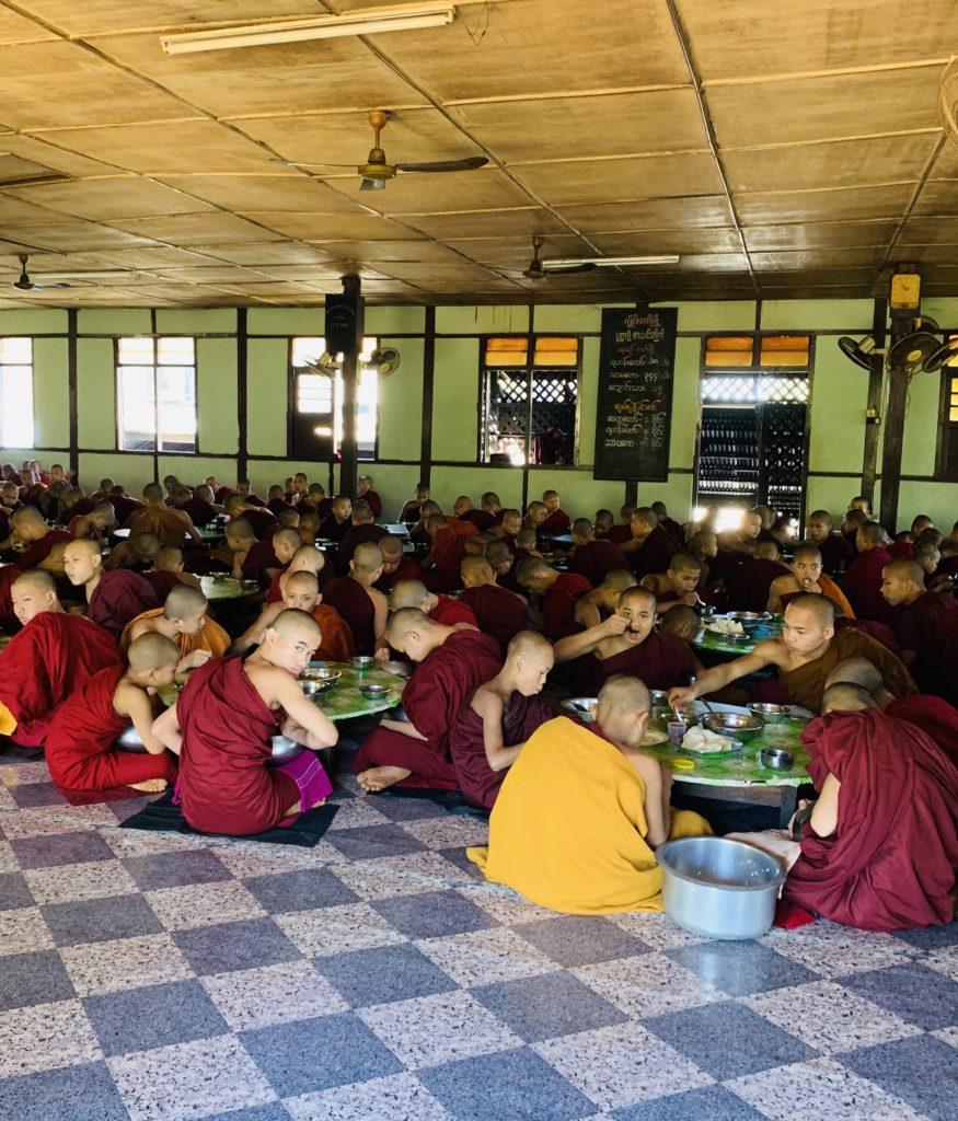 Il pasto dei monaci birmani